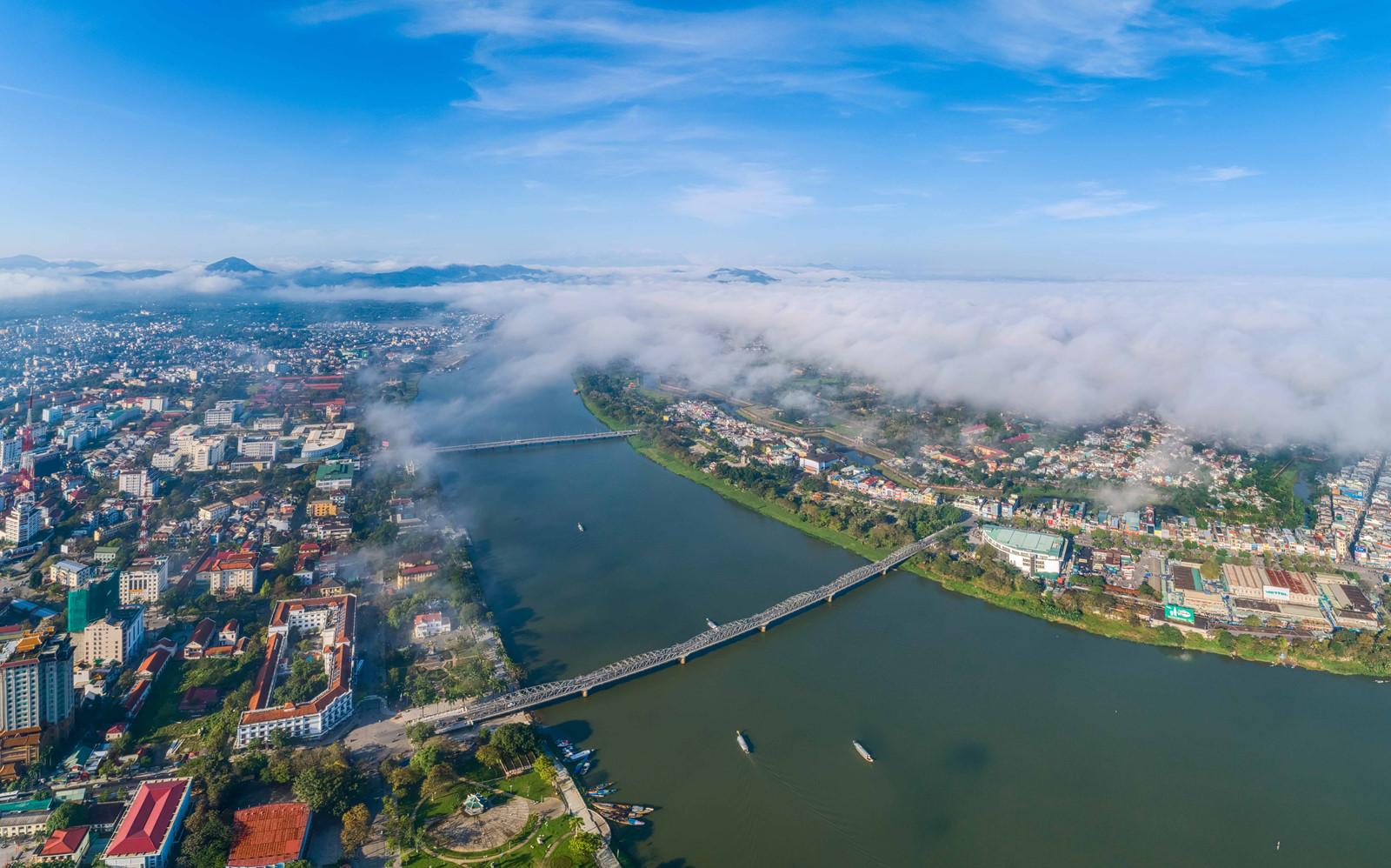 Màn sương trắng quấn quanh tòa nhà cao nhất xứ Huế
