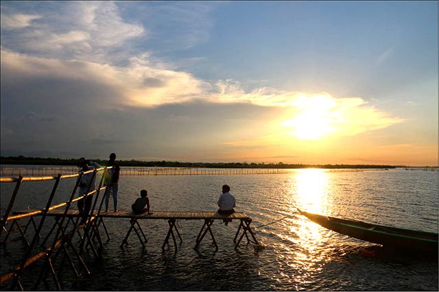 Ngắm hoàng hôn trên phá Tam Giang