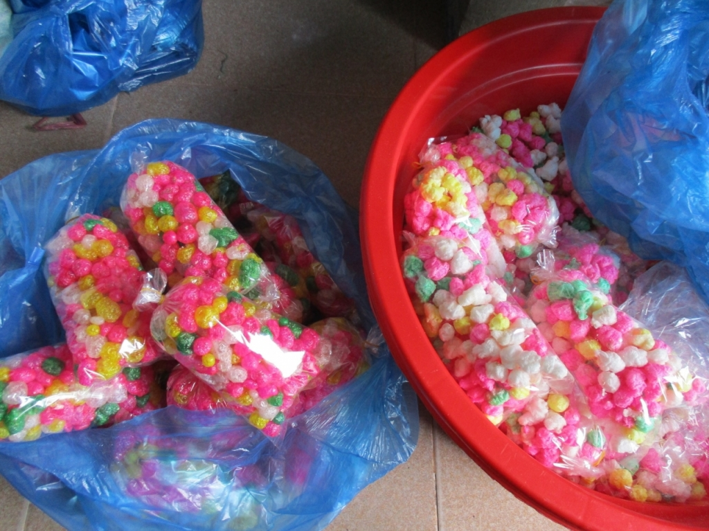 Thăm gia đình duy nhất ở Huế còn làm hạt nổ thủ công phục vụ Tết Nguyên đán