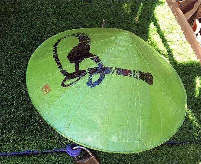 Độc đáo nón Huế làm từ lá sen