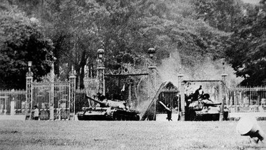 HAI CHIẾC XE TĂNG TIẾN VÀO DINH ĐỘC LẬP TRƯA NGÀY 30/4/1975
