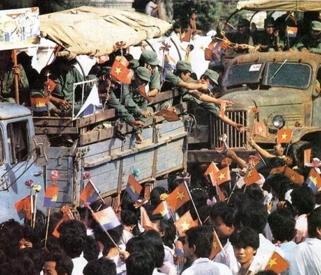 Hình ảnh người dân Campuchia chào đón