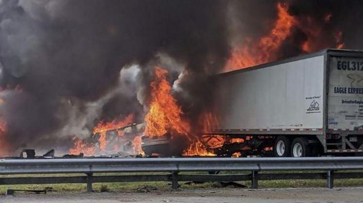 Tai nạn xe container kinh hoàng trên xa lộ Florida khiến 7 người chết, lửa cháy ngùn ngụt