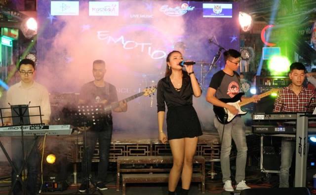 Ban nhạc Emotion biểu diễn ở phố Tây