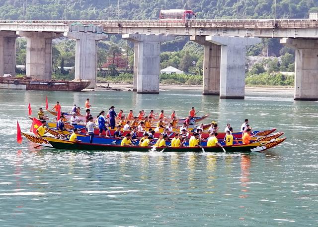 Phú Lộc tổ chức đua thuyền truyền thống đầu năm