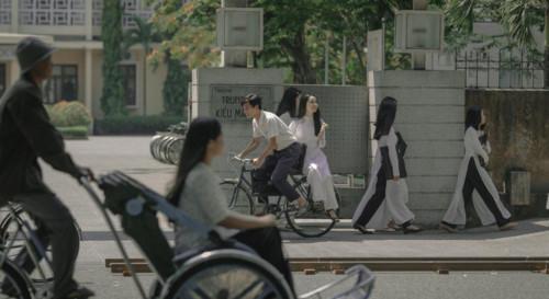 """Cả bầu trời tuổi thơ ùa về khi """"thầy Ngạn"""" chở """"Mắt biếc"""" Hà Lan trên chiếc xe đạp cũ"""